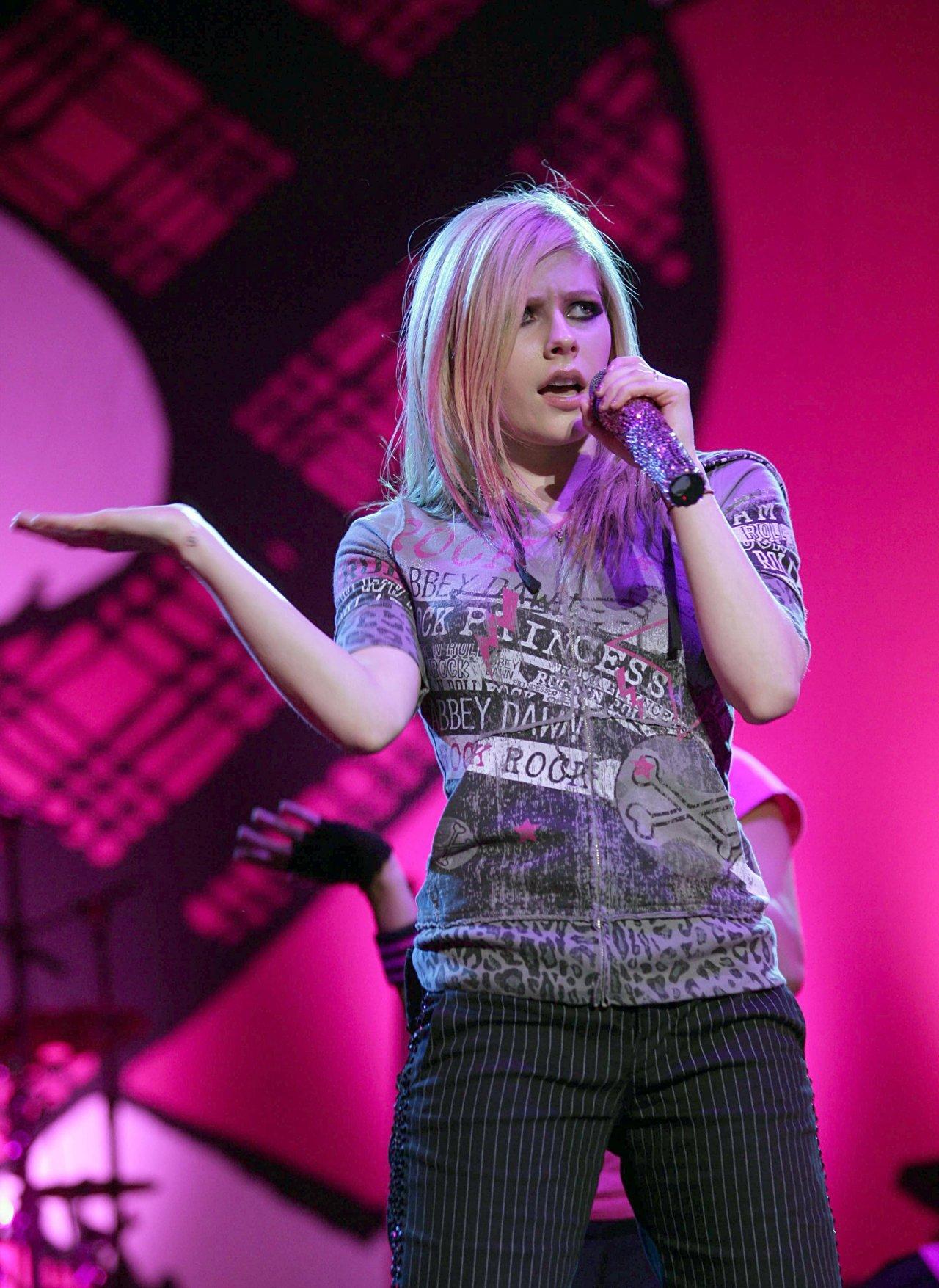 Avril Lavigne leaked wallpapers